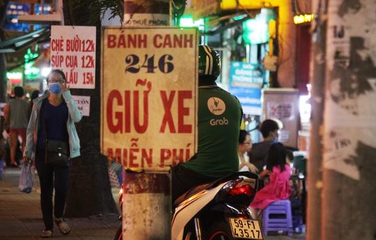Một cán bộ phường đang cố gắng tháo gỡ các băng rôn trên đường Phạm Văn Đồng (phường Hiệp Bình Chánh, quận Thủ Đức). Vị này cho biết mỗi ngày phải đi tháo gỡ 2-3 lần nhưng vẫn không xuể