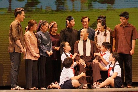 """Cảnh trong vở """"Dấu xưa"""" của Nhà hát kịch Sân khấu nhỏ TP HCM diễn tại rạp Công Nhân tối 7-1"""