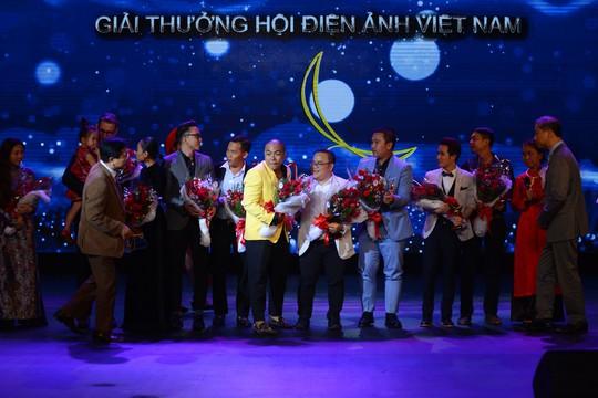 """Đoàn phim """"Sài Gòn, anh yêu em"""" hạnh phúc nhận giải Cánh diều vàng Ảnh: TRÚC LÂM"""