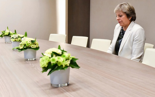 Xôn xao bức ảnh đơn độc của thủ tướng Anh tại đàm phán Brexit - Ảnh 1.