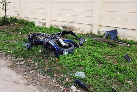 Chiếc xe máy nát vụn sau khi bị ô tô lấn làn tông thẳng - Ảnh gia đình cung cấp