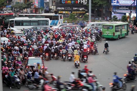 Khoảng 16 giờ chiều 6-1, lượng xe đổ về ngã tư Hàng Xanh mỗi lúc một đông.
