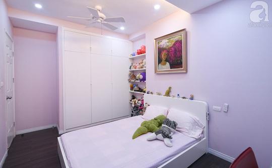 Kiểu tủ âm tường và các giá kệ gắn tường giúp căn phòng thêm gọn gàng.
