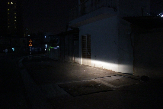 Một ngôi nhà khác treo bảng bán lại, theo hàng xóm, chủ nhà quyết định rời đi vì không chịu nổi cảnh sống trong hầm.