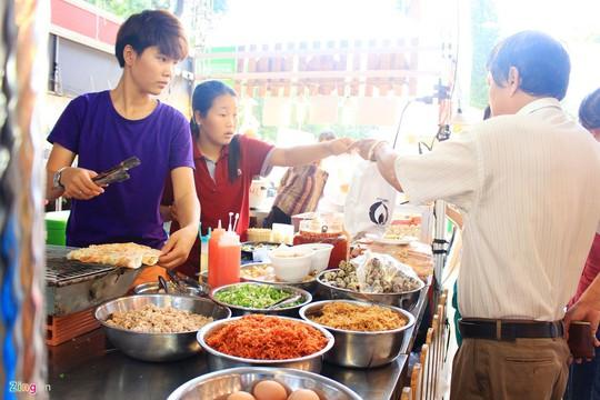 Bánh tráng nướng có giá khoảng 10.000 đồng. Thiên đường bánh tráng nướng nổi tiếng nhất của TP.HCM là đường Cao Thắng (quận 3). Tuy nhiên, bạn có thể tìm thấy món ăn này ở các khu chợ, công viên, trường học.
