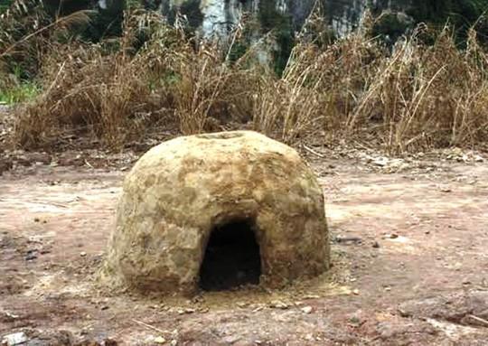 Mỗi ngôi nhà đều có một chiếc bếp nhỏ làm bằng đất sét bên cạnh