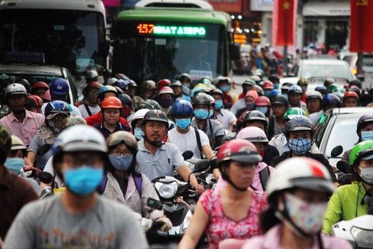 Chịu ảnh hưởng, đường Cách Mạng Tháng 8 cũng khá đông đúc so với ngày thường. Tuy nhiên, tình trạng giao thông vẫn ổn định.