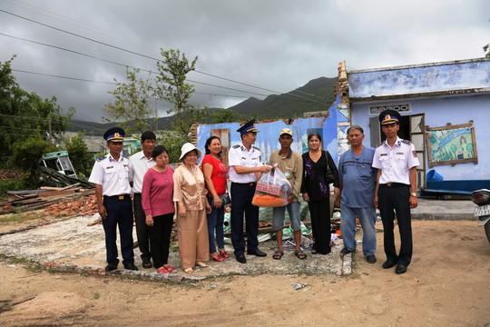 Cảnh sát biển Vùng III giúp dân vùng tâm bão số 12 - Ảnh 5.