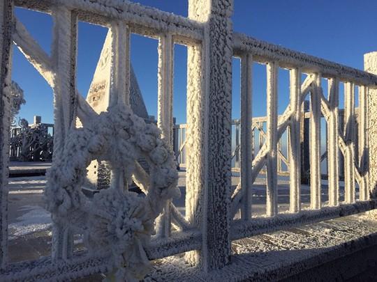 Cận cảnh đỉnh Fansipan trắng xóa trong băng tuyết - Ảnh 15.