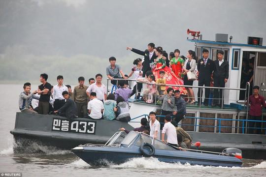 Mặc thế giới, dân Triều Tiên vui tươi đi du thuyền - Ảnh 1.