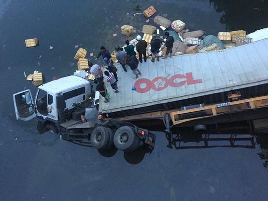 Xe đầu kéo lao từ trên cầu xuống sông, tài xế tử nạn - Ảnh 1.