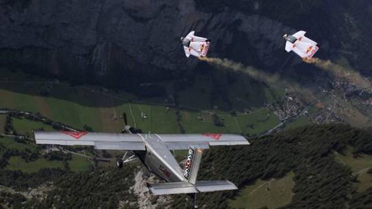 """Lao từ đỉnh núi, """"người bay"""" đáp vào máy bay trên không - Ảnh 2."""