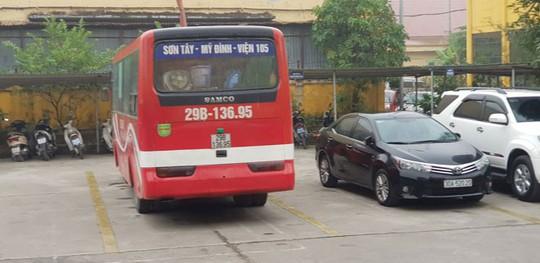Tắc đường, xe khách liền quay đầu chạy ngược chiều đường trên cao - Ảnh 1.