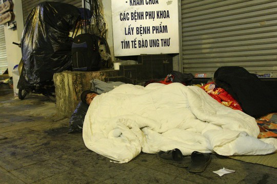 Cảnh màn trời chiếu đất của những người vô gia cư trong đêm Đông Hà Nội - Ảnh 3.