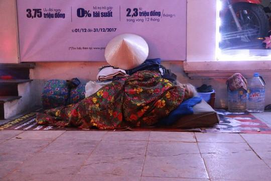 Cảnh màn trời chiếu đất của những người vô gia cư trong đêm Đông Hà Nội - Ảnh 13.
