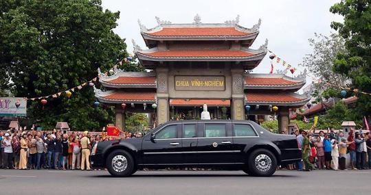 Chiếc Cadillac One của Obama được rất đông người dân chào đón khi di chuyển trên đường Nam Kỳ Khởi Nghĩa, trước chùa Vĩnh Nghiêm