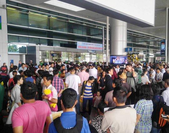 So với tối 13-1, đầu giờ chiều nay (14-1), lượng người đến sân bay có phần giảm hơn nhưng vẫn chia thành từng tốp liên tục ra vào