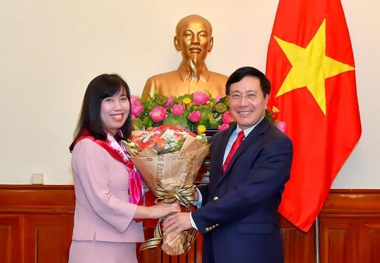 Phó Thủ tướng, Bộ trưởng Bộ Ngoại giao Phạm Bình Minh trao quyết định điều động, bổ nhiệm bà Lê Thị Thu Hằng làm Vụ trưởng Vụ Thông tin Báo chí - Người Phát ngôn Bộ ngoại giao - Ảnh: CTV