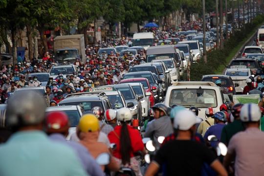 Khoảng 17 giờ, đường Cộng Hòa đoạn gần cầu vượt lăng Cha Cả (quận Tân Bình) kẹt xe kinh hoàng. Xe ô tô xếp lớp không thể di chuyển cả 10 phút.