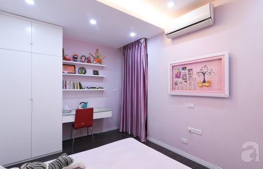 Ngoài hệ tủ chính, phòng ngủ này còn có thêm một tủ đồ phụ.