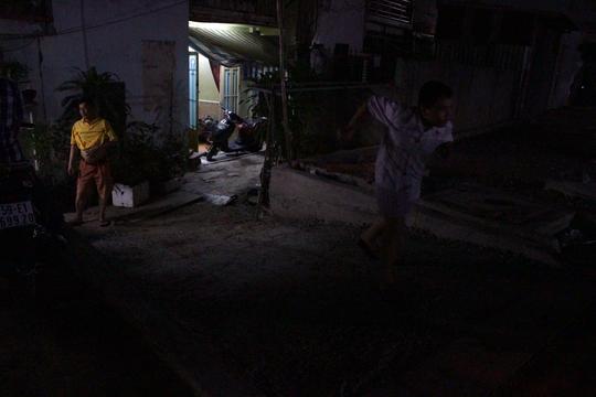 Còn những hộ dân này phải đắp 1 đường dẫn bằng xi măng dài khoảng 4m để dễ dàng lên xuống. Tuy nhiên, nhiều người cho biết nhà lại dễ bị ngập khi mưa lớn.