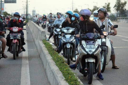Một số người đang chạy trên làn xe ô tô cũng bị thu hút, dừng xe lại mỗi lúc mỗi đông khiến con đường ngày càng lộn xộn.
