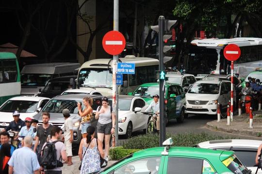 Bên cạnh đó, vòng xoay Quách Thị Trang được rào chắn hoàn toàn khiến lưu lượng xe cộ trên đường Lê Lai không có đường thoát, tắc nghẽn từ chợ Bến Thành.