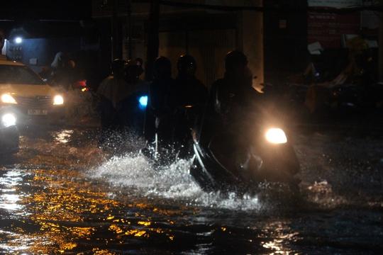 Mưa trắng đất mù trời, kẹt xe ngập nước tơi bời - Ảnh 12.