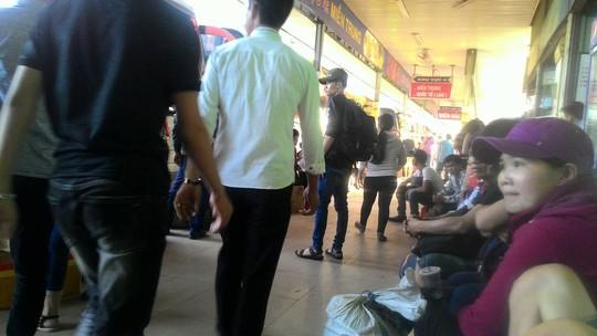 Nhiều hành khách chờ đợi nhiều giờ liền bên trong bến xe Miền Đông