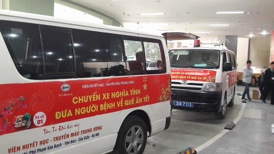 Những chuyến xe khởi hành tại Viện Huyết học- Truyền máu Trung ương đưa gần 30 bệnh nhân về quê ăn Tết