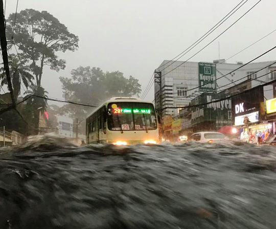 Nước chảy cuồn cuộn trên đường Võ Văn Ngân (quận Thủ Đức)
