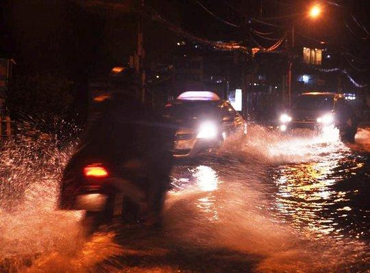 Mưa trái mùa khiến Sài Gòn nhiều nơi ngập sâu