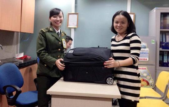 Một hành khách tìm lại được tài sản bị lạc mất ở sân bay Thọ Xuân dịp Tết.