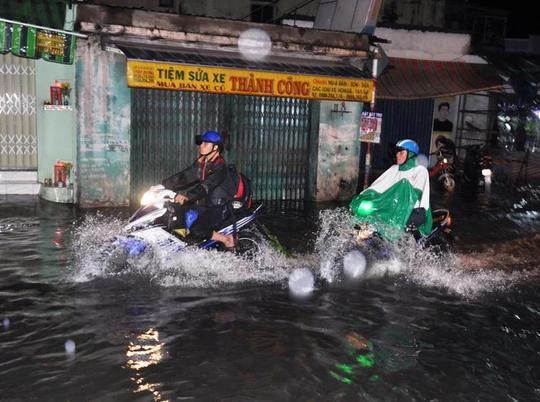Nước ngập khoảng 40 cm trên đường An Dương Vương, đoạn qua quận Bình Tân