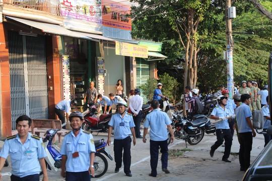 Đội Quản lý Trật tự đô thị quận Bình Tân xử lý các trường hợp lấn chiếm vỉa hè ở đường Tên Lửa
