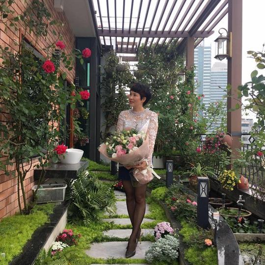 Chị Mộc Lan - nữ chủ nhân duyên dáng của khu vườn trên ban công xinh đẹp.