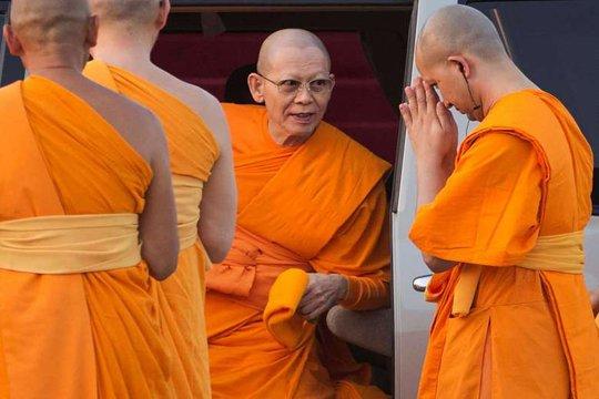 Trụ trì Phra Dhammachayo (giữa) đối mặt với cáo buộc rửa tiền. Ảnh: Reuters
