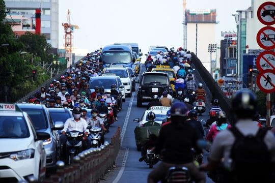 Trên cầu vượt Hoàng Hoa Thám (quận Tân Bình) cũng kẹt xe nghiêm trọng. Xe cộ hai hướng phải di chuyển chậm chạp từng chút một.