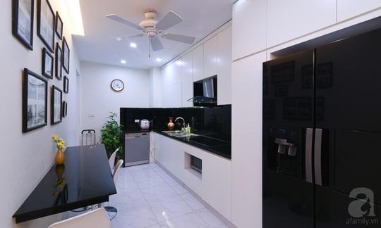 Phòng bếp được trang bị nội thất tiện nghi. Phần tủ bếp được ốp mặt kính để dễ lau dọn.
