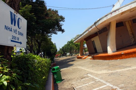 Nhà vệ sinh công cộng tại công viên Bạch Đằng đang xuống cấp tầm trọng, đang đóng cửa ngưng phục vụ. Ông Thuận chỉ đạo trong đề án phải xây dựng, cải tạo nhà vệ sinh để đáp ứng đủ nhu cầu của người dân.