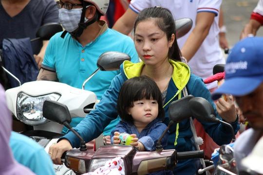 Nhiều người phải chen chúc, mướt mồ hôi hơn 20 phút mới có thể gửi được xe máy.