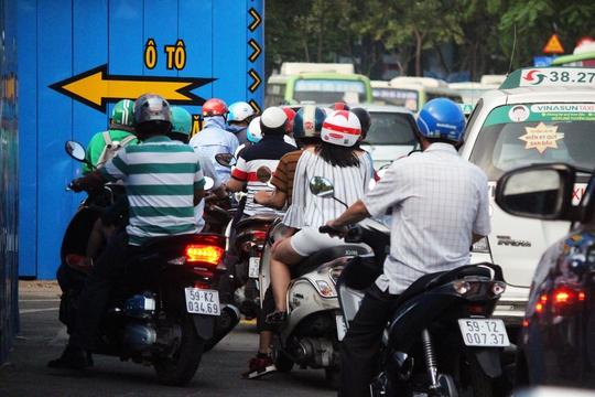 Bên cạnh đó, vòng xoay Quách Thị Trang cũng được rào chắn để xây dựng, các phương tiện phải lưu thông tạm qua trạm xe buýt Bến Thành cũ để di chuyển khiến khu vực này ùn tắc.