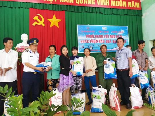 Cảnh sát biển Vùng III giúp dân vùng tâm bão số 12 - Ảnh 2.