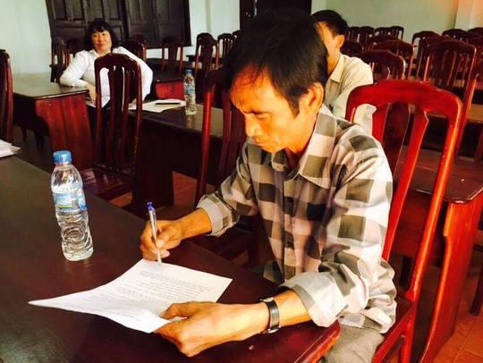 Ông Nén ký biên bản thương lượng, thống nhất được bồi thường hơn 10,1 tỷ đồng (Ảnh: Luật sư Út)