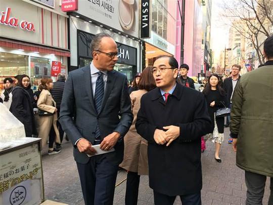 Ông Thae Yong-ho (phải) tại Hàn Quốc. Ảnh: NBC News.