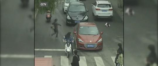 Bé gái 2 tuổi sau khi bị 2 chiếc xe chạy qua người. Ảnh: ABC News