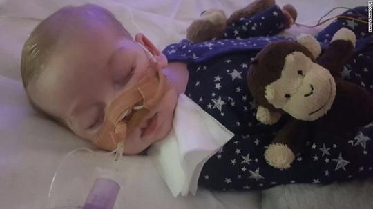 Ông Donald Trump đề nghị giúp đỡ bé trai sắp phải rút ống thở - Ảnh 1.