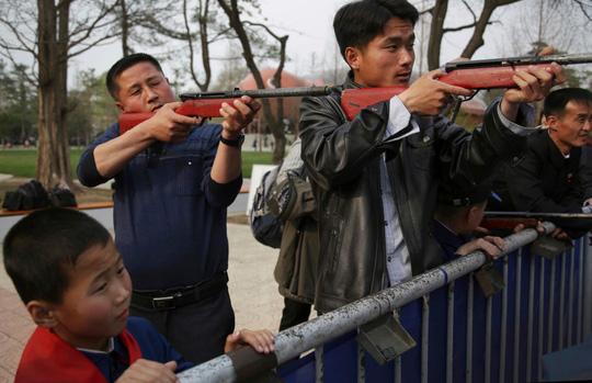 Bất chấp nguy cơ chiến tranh, dân Triều Tiên vẫn vui chơi - Ảnh 2.