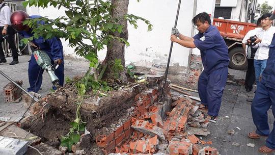 Bồn cây cảnh bị tháo dỡ vì lấn chiếm vỉa hè.