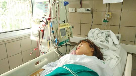Bệnh nhân nữ ngộ độc rượu methanol đang được điều trị tích cực tại Bệnh viện Bạch Mai